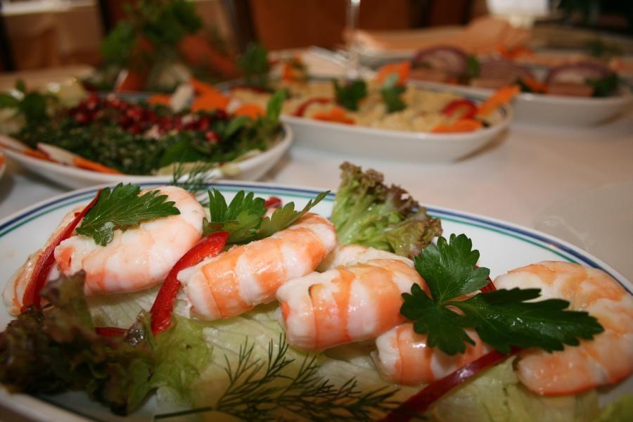 shrimps on lettuce