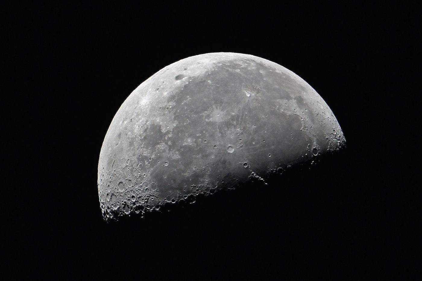 Imagen de la Luna en cuarto menguante desde Konz, Alemania (Gerd ...