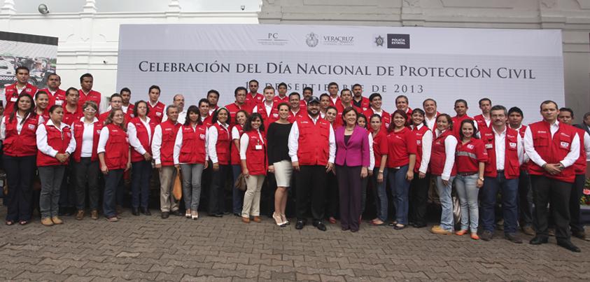 El Gobernador de Veracruz, Javier Duarte de Ochoa, encabezó la Ceremonia del Día Nacional de la Protección Civil, acompañado por su esposa Karime Macías de Duarte, donde reconoció el trabajo de las personas que participan dentro del Sistema Estatal de Protección Civil.