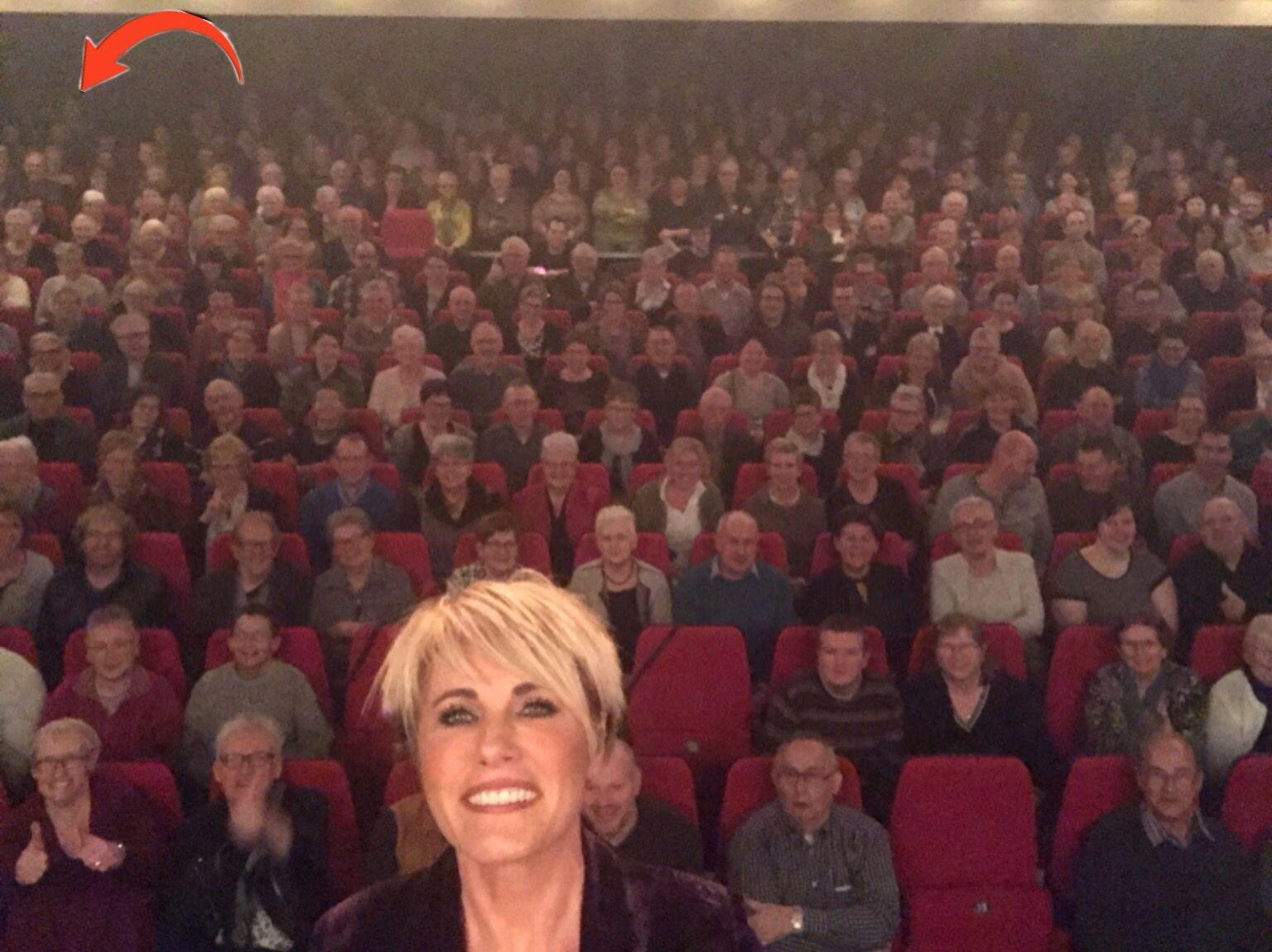"""""""Uit bewondering"""" Veghel theater De Blauwe Kei, 27 januari 2017. (Pijl =ik)"""