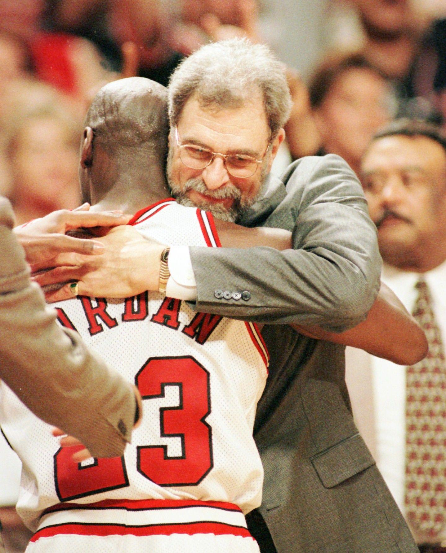 Jordan se abraza con su entrenador Phil Jackson, en el año 1996 - AP
