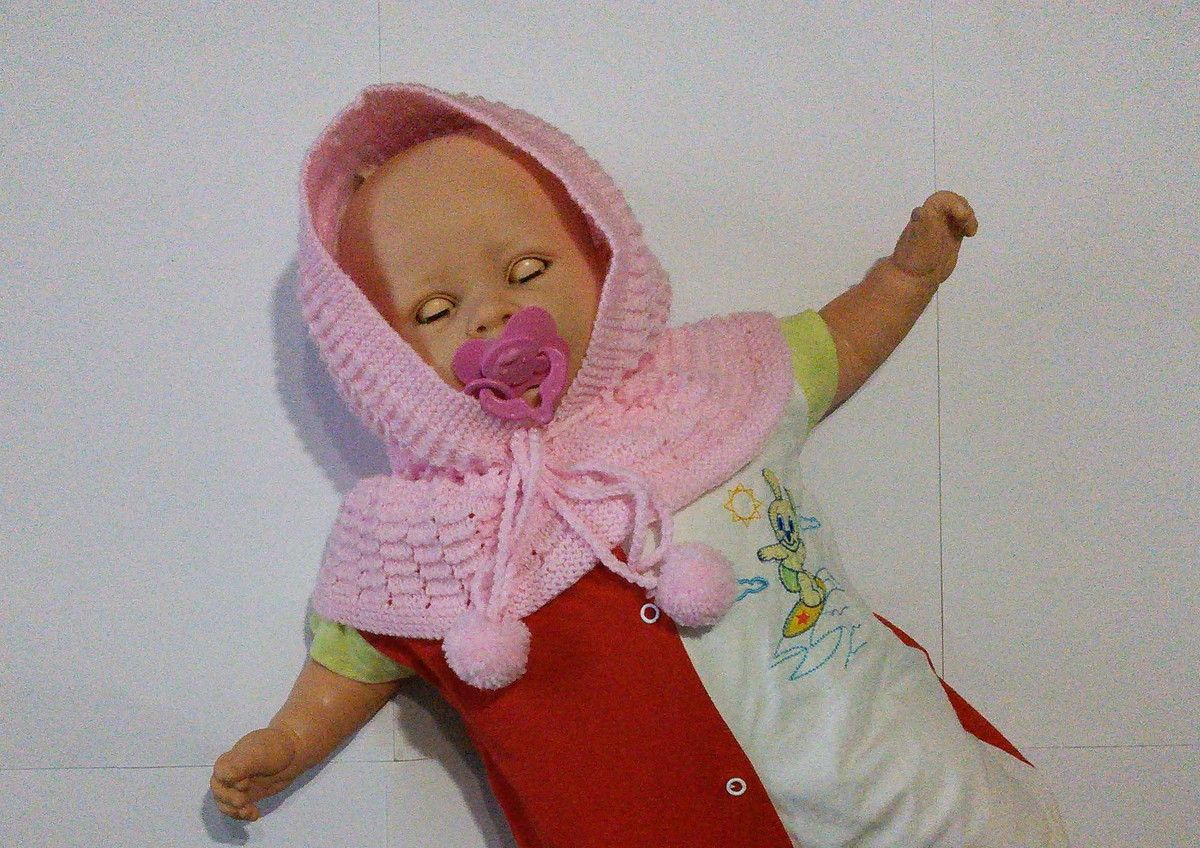 Capuz de tricô com pescoço feito à mão rosa com pompom.  Ideal para aquecer as orelhas e pescoço do seu bebê.  Tapa orelhas e pescoço   Cores: rosa  Material: lã para bebê antialérgica com pompom.  Tamanho: 6 meses a 2 anos   Apenas uma unidade no estoque.  Pronta entrega