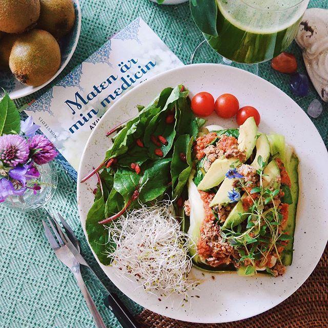 """❥ RAW LASAGNA 🌱🍃🌿🍅🌶✨    jag gjorde den här rätten några gånger när jag var nyfrälst vegan och nu stod den med på min motivationslista. Det är zucchini, spenat, tomatsås och """"nötfärs"""" på valnötter, soltorkade tomater och chili, toppat med avokado och färsk timjan. Receptet kommer från @janeshvaidya 'Maten är min medicin'. Jag serverade den med en grön juice på äpple, spenat, zucchini, selleri och mynta för att kroppen behövde extra kärlek idag ♡ och lasagnen var lika god som jag minns…"""