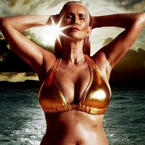 Modelo de 56 anos estrela campanha de biquíni com mulheres reais nos EUA