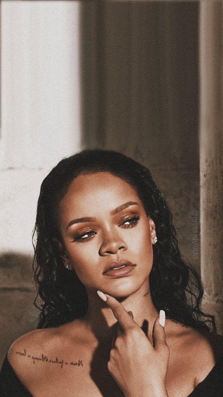 Rihanna Wallpaper Aesthetic Glowing In 2020 Rihanna Riri Rihanna Most Beautiful Women