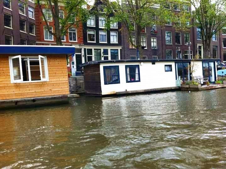 As casas barco são muito comuns em Amsterdam o que muitos não sabem é que é possível se hospedar em algumas que estão disponíveis para aluguel em sites específicos. Outras também transformadas em hostel podem ser uma excelente opção para quem viaja sozinho e deseja fazer amizades do mundo todo.  Acesse o Blog e deixe sua dicas nos comentários!  http://ift.tt/NG962X   YouTube/crispelomundo  Use #CrisPeloMundo  by crispelomundo