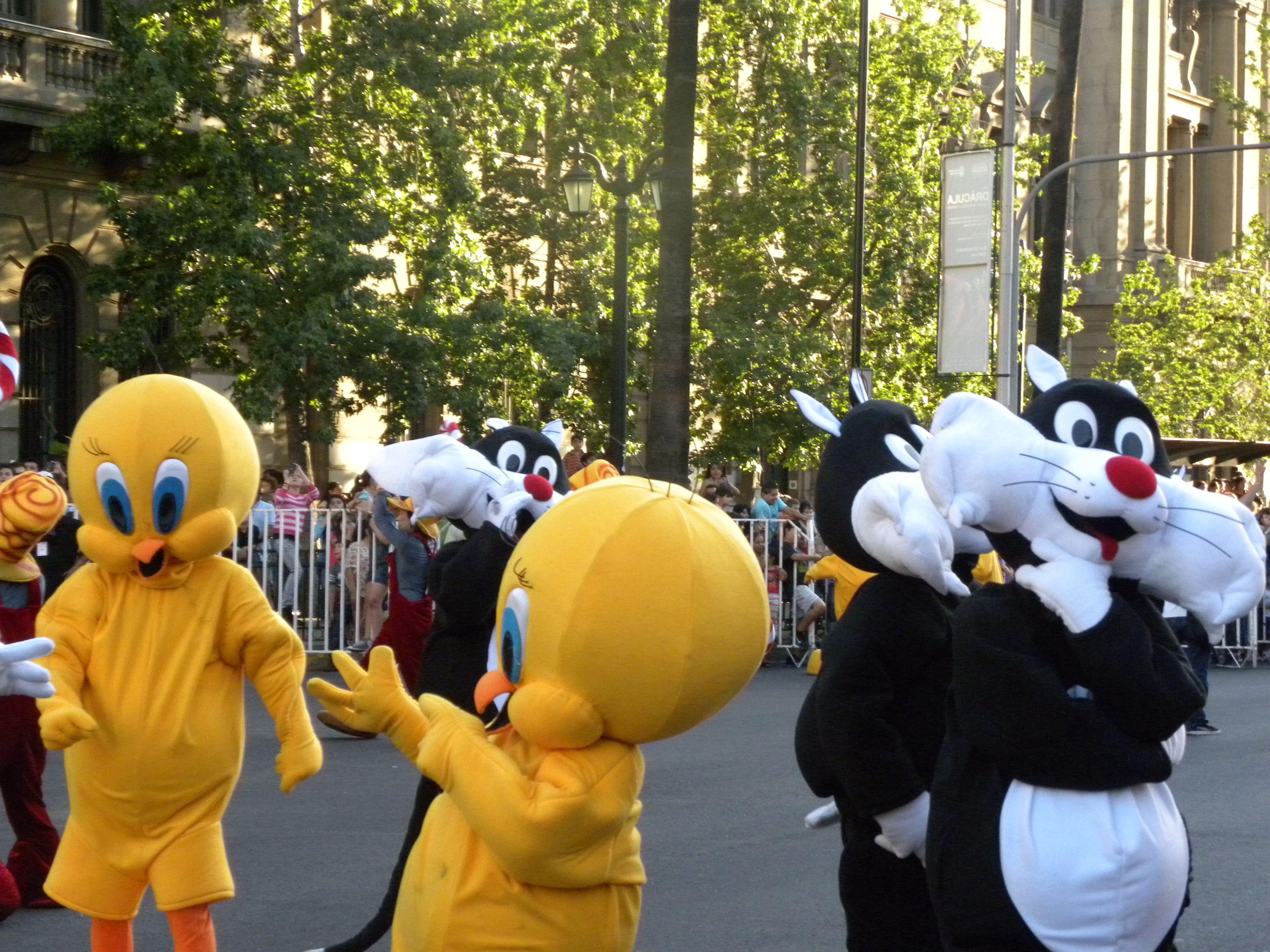 Personajes: Silvestre y Piolín  Actividad: Paris Parade 2012  Lugar: Santiago.Chile.  Desfile Navideño