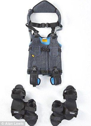 Mujer crea arnés para que niños con discapacidad puedan caminar