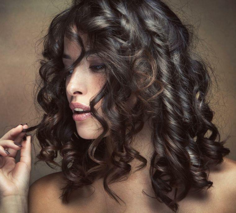 Acconciature capelli medi boccoli