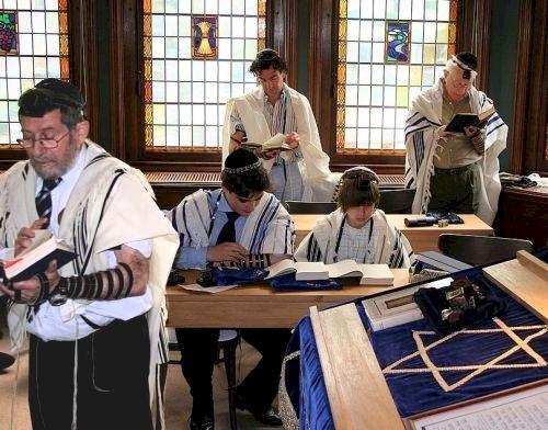 De traditie vertelt dat de Joden zich hadden verslapen op de ochtend dat zij de Wetten en Geboden ontvingen. Om dit te compenseren waken zij tegenwoordig tijdens de hele eerste nacht van Sjavoeot. Zij leren tot 's ochtends vroeg uit de Tora en de vele commentaren. Sjavoeot luidt voor sommige Joden ook het begin van de Joodse opvoeding van hun kinderen in de wet.
