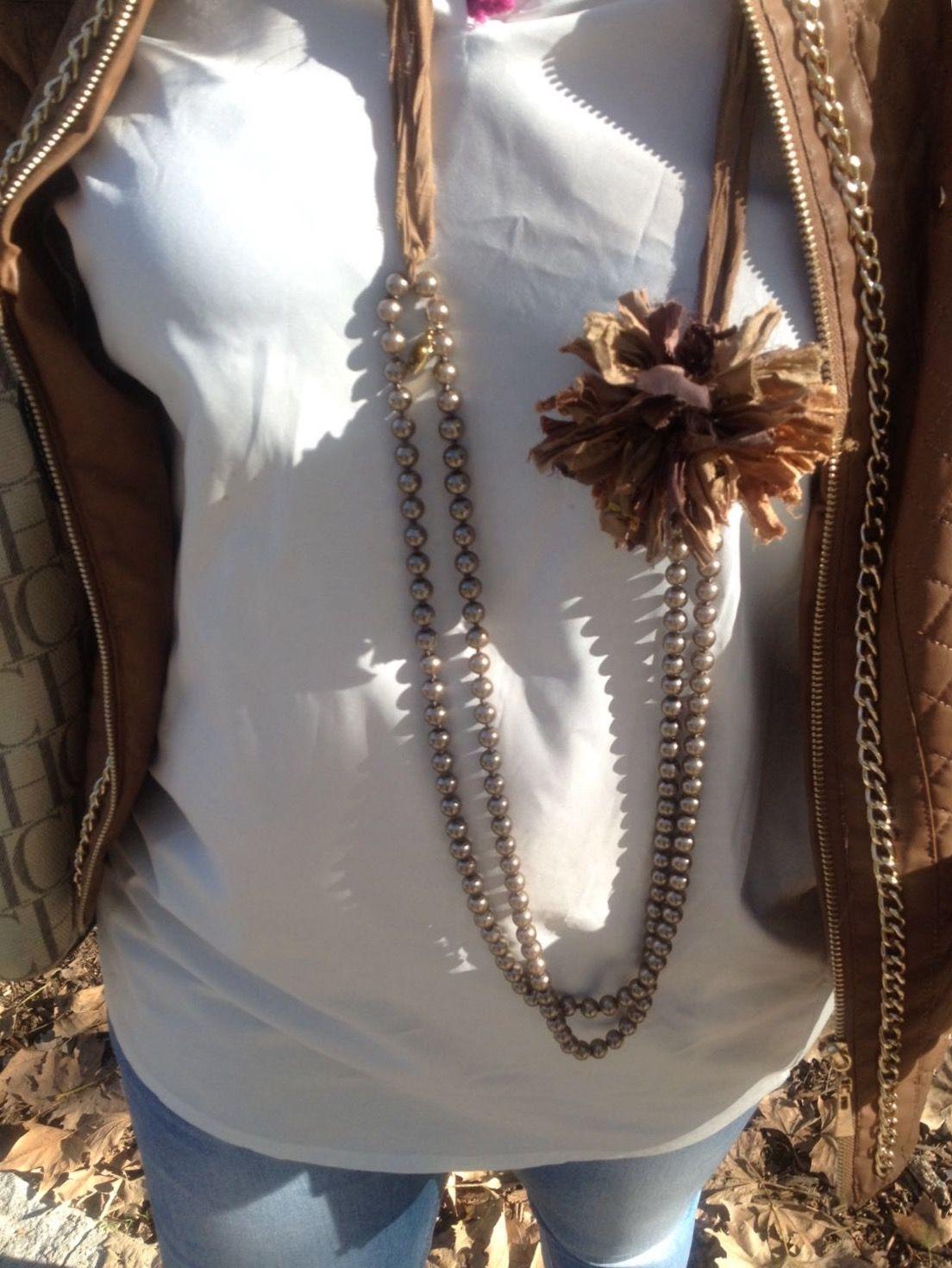 a2dac9b552a9 Collar perlas y flor de seda rústica. Se puede llevar largo o con doble  vuelta