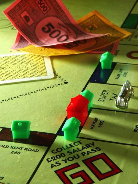Ein Spieleabend endet mit einer Festnahme: Bei Monopoly rastet eine Frau aus- die 21-Jährige geht auf ihren Freund los! Der Ausraster