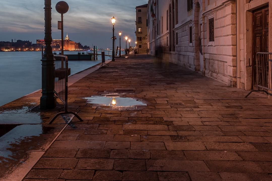 Dorsoduro late at night  #igworldclub #igs_europe #igersitalia #wanderlust #picture_to_keep #picoftheday #photooftheday #igersvenezia #venezia #venice #Italy #italia #cities #street #urbano #trip #travelling #instatraveling #igtravel #travelpics