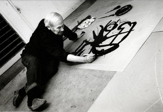 joan miro travaillant sur une plaque de zinc 1 1971. Black Bedroom Furniture Sets. Home Design Ideas