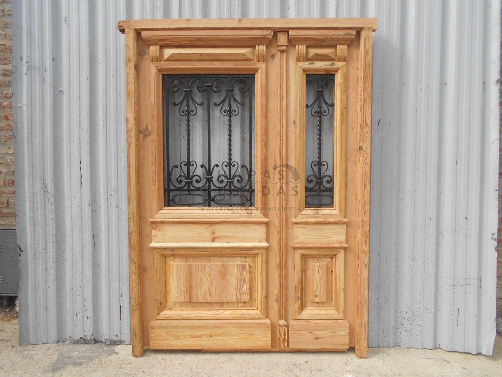 Puerta de frente en madera antigua de pinotea con rejas de for Puertas de madera y hierro antiguas