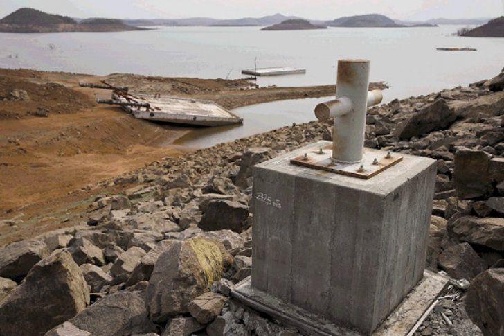 Entre seis meses y hasta dos años podría ser el lapso de tiempo que necesitaría el embalse del Guri para recuperar su cota óptima de 271 metros sobre el nivel del mar (msnm). Factores como el aporte de agua de los ríos que alimentan la represa, la hidrología, los eventos climáticos, además del uso de la central hidroeléctrica Simón Bolívar, son claves para superar la actual crisis e...