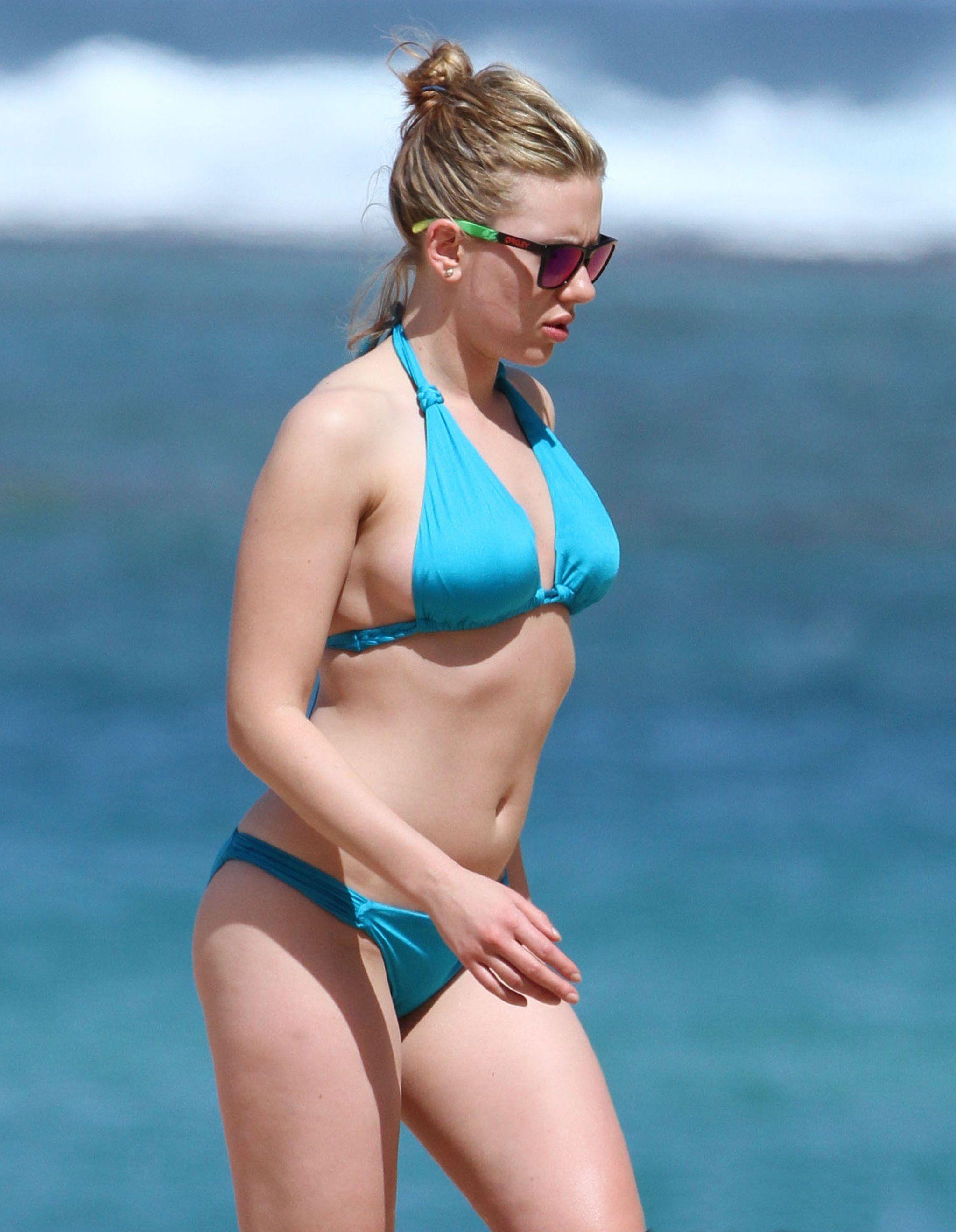Bikiniclad scarlett johansson vacations in hawaii with her