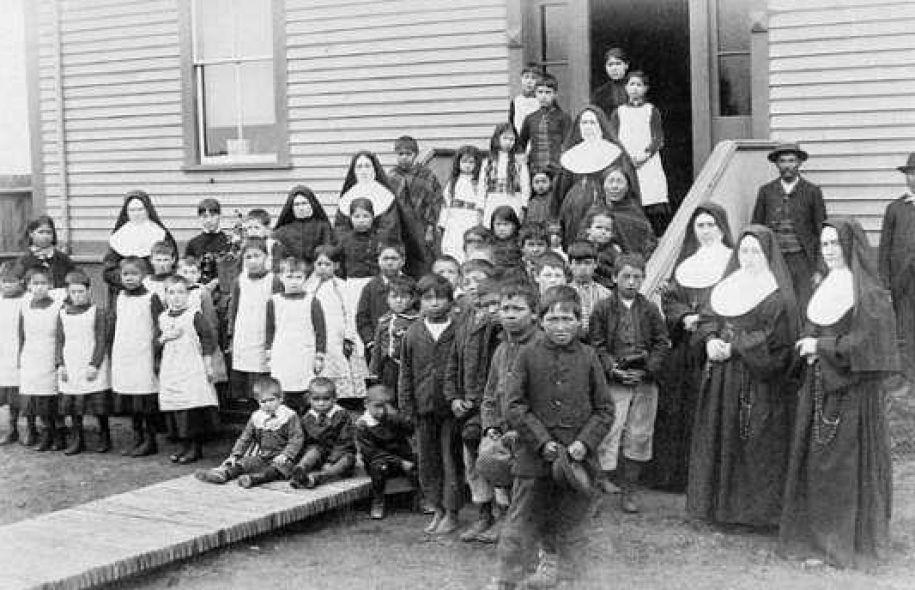 La Commission de vérité et réconciliation du Canada – Une enfance volée, une culture brisée (Le Devoir Avril 2013) La règle était simple : il fallait tuer l'«Indien» en eux. Leur enfance a été volée et brisée par des sévices de toutes sortes. Certains d'entre eux l'ont payé de leur vie. Les autres ont grandi, mais avec des séquelles.