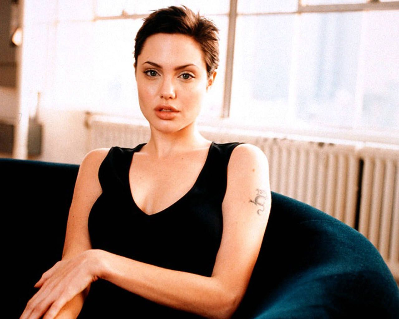 Best 25 angelina jolie short hair ideas on pinterest angelina angelina jolie short hair after gia urmus Image collections