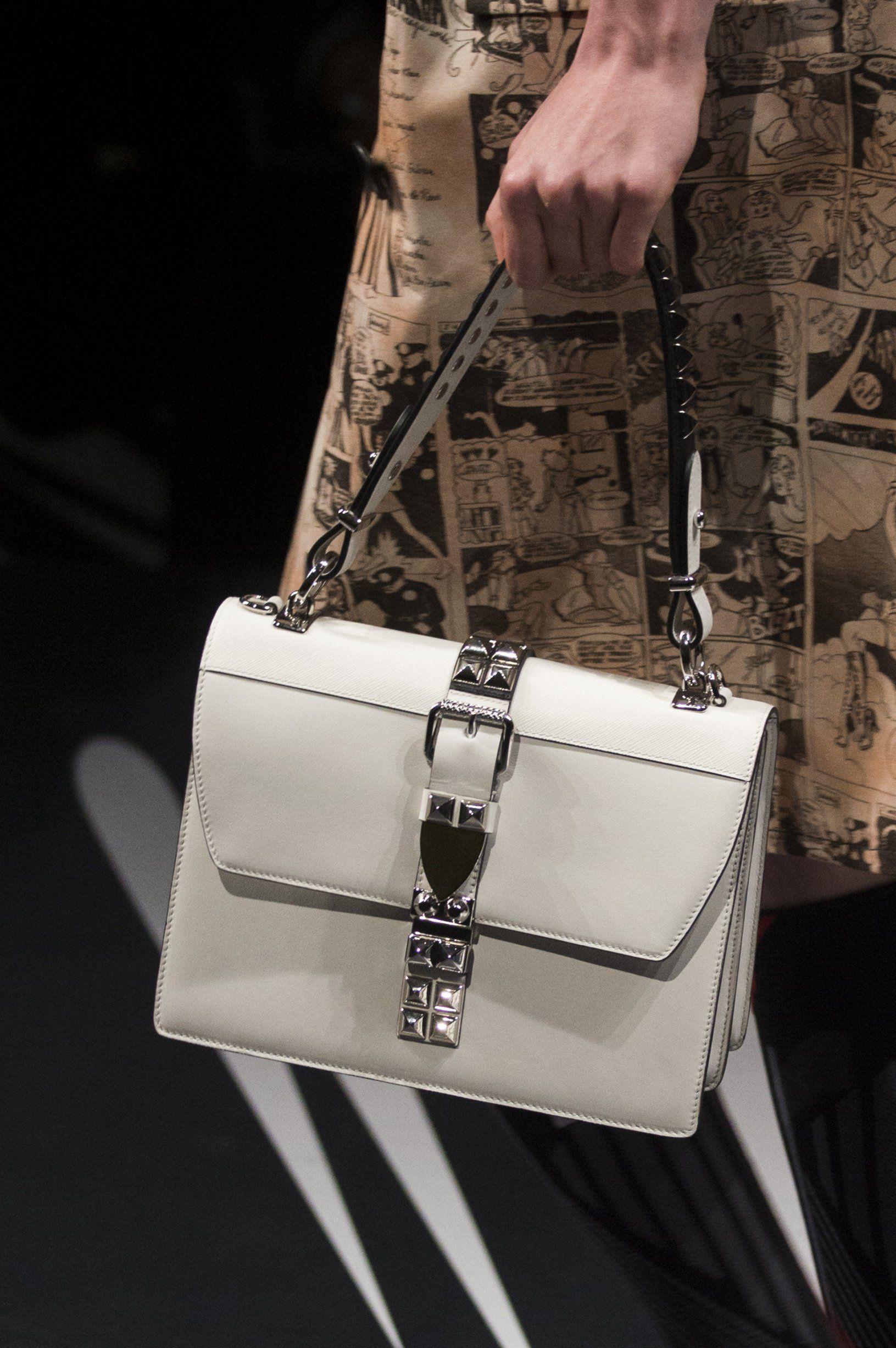 c7ecbcd2b8 Sac printemps-été 2018: le sac blanc Prada Sac Prada, Sac Tendance,