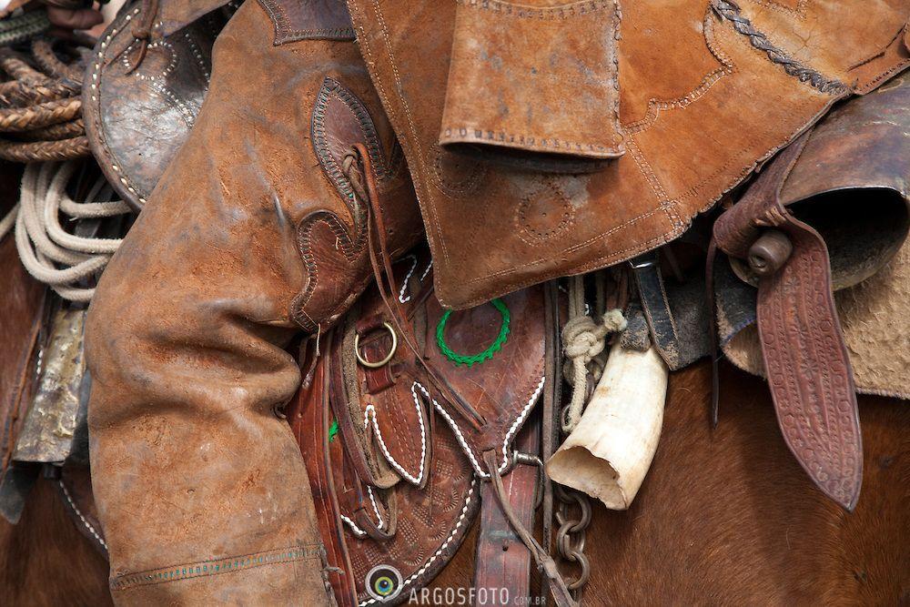 O gibao de couro vestimenta tipica do vaqueiro nordestino utilizada para proteger-se quando encontra-se em corrida nas matas tentando dominar um animal.