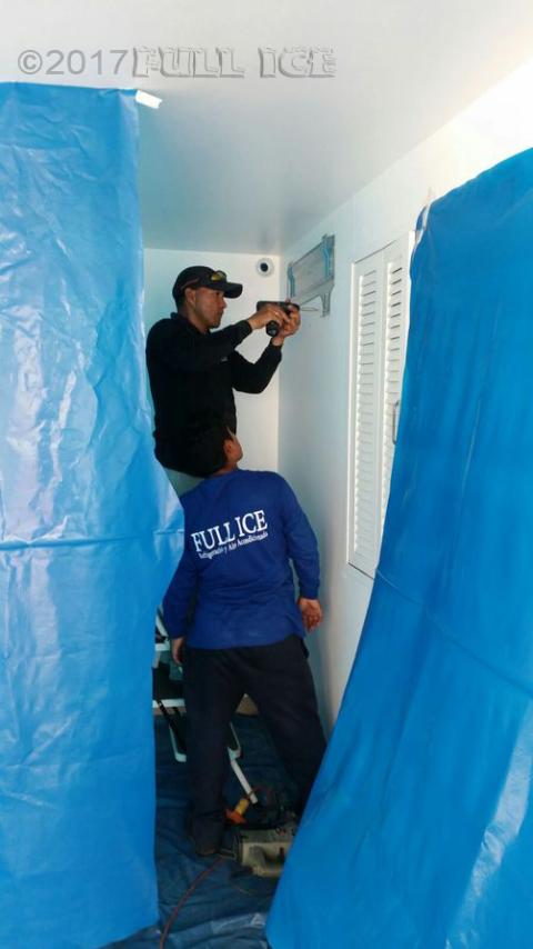 Instalando el evaporador de un split decorativo de 12 000