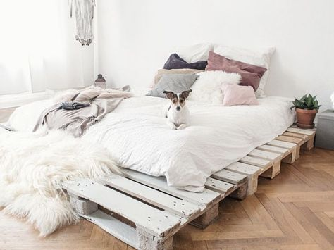 diy anleitung einfaches bett aus paletten selber bauen via bedroom ideas. Black Bedroom Furniture Sets. Home Design Ideas