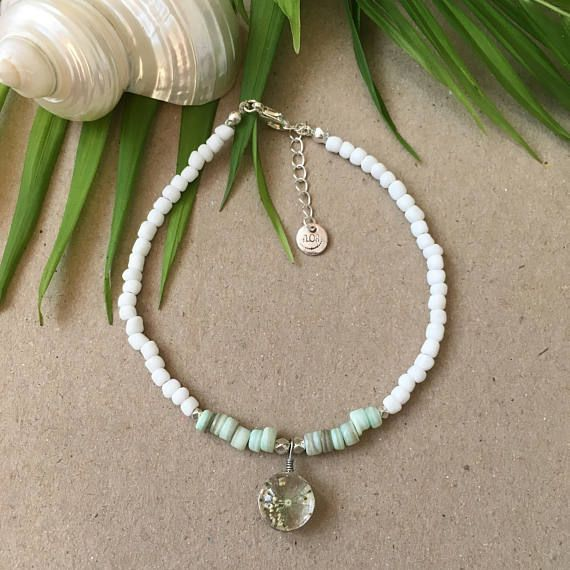 Sweet serenity anklet White and mintgreen beaded anklet with real pressed flower in epoxy resin pendant
