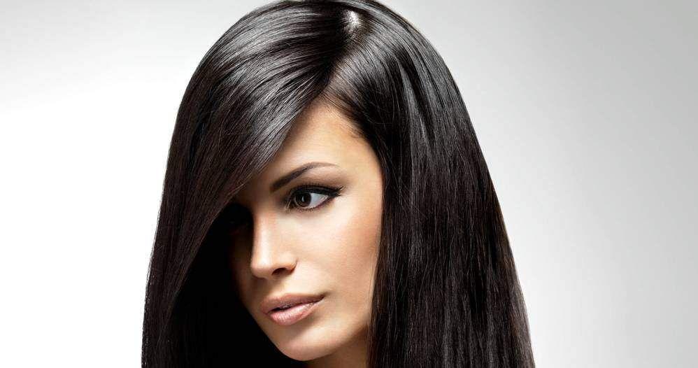 Come scurire i capelli in modo naturale. Scopri come preparare una tinta per capelli naturale e come scurire i capelli bianchi a casa con metodi fai da te.