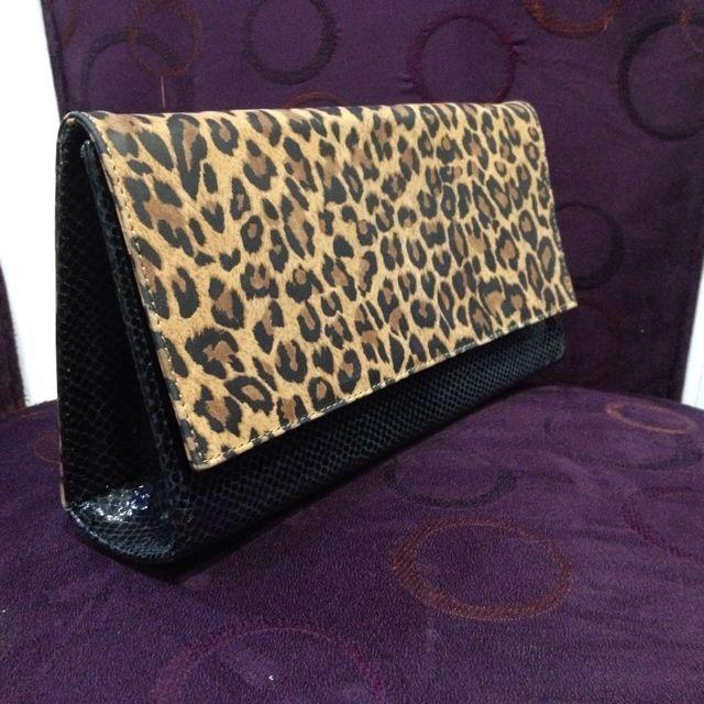 Sobre para asistencia  100% cuero negro y #animalprint #handbag #fashion #leather #accessories #madeinecuador #zocoshop #ecuador