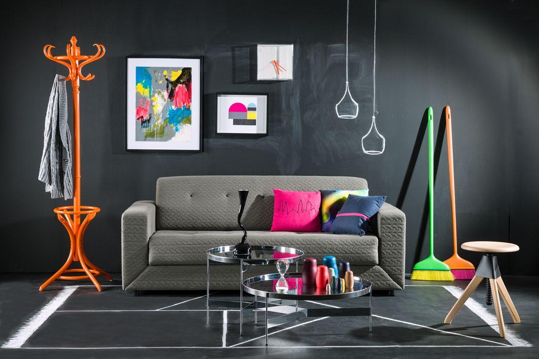 Ambiente 1: Sofá cama de dos puestos tapizado con tela gris; reloj ...