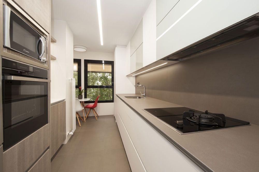 Cocina Moderna De Color Blanca Y Marron Barro Reforma En Barcelona Estilo De Cocina Cocinas De Casas Pequenas Cocinas De Casa
