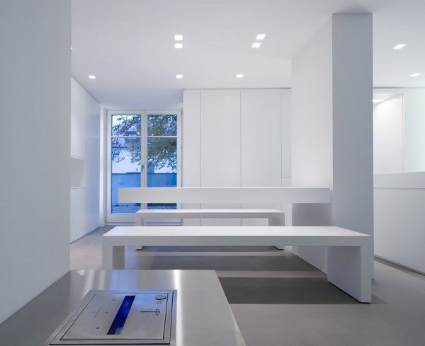 Minimalistische innenarchitektur weiße wohnung kaffeemühlenhaus