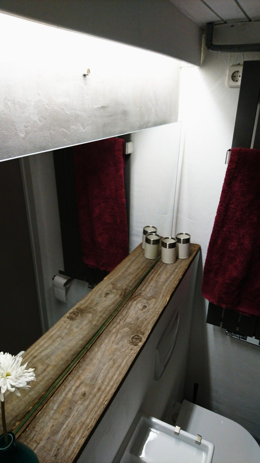 Die Kombination Aus Sagerauem Douglasienholz Als Ablage Unter Dem Spiegel Sowie Dem Flachigem Spiegel Und Der Verspachtelter Architekt Douglasie Holz Betonwand