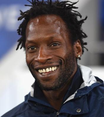 † Ugo Ehiogu (44) 21-04-2017 Voormalig Engels international Ugo Ehiogu (44) is overleden, nadat hij gisteren een hartaanval kreeg op het trainingscomplex van Tottenham Hotspur. Daar was hij coach van de Onder 23-ploeg. Ehiogu werd gisteren direct nadat hij in elkaar zakte behandeld door de medische staf van Tottenham Hotspur en vervolgens naar het ziekenhuis gebracht. Vanochtend kwam hij te overlijden. https://youtu.be/gqyhruRVwa8