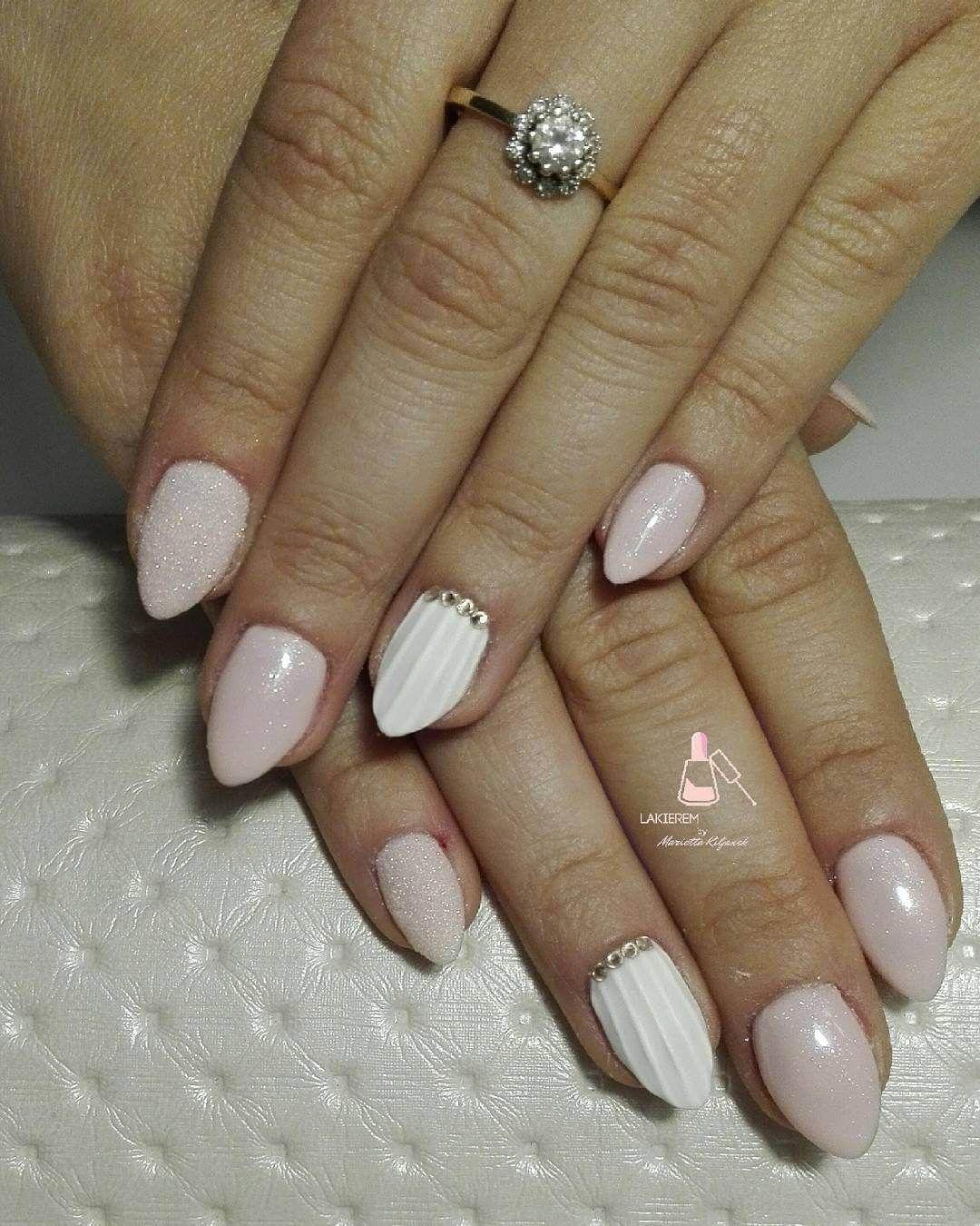 Faux Shell Nails Using Acrylic In White Base Seashell Nails Nail Art Nails