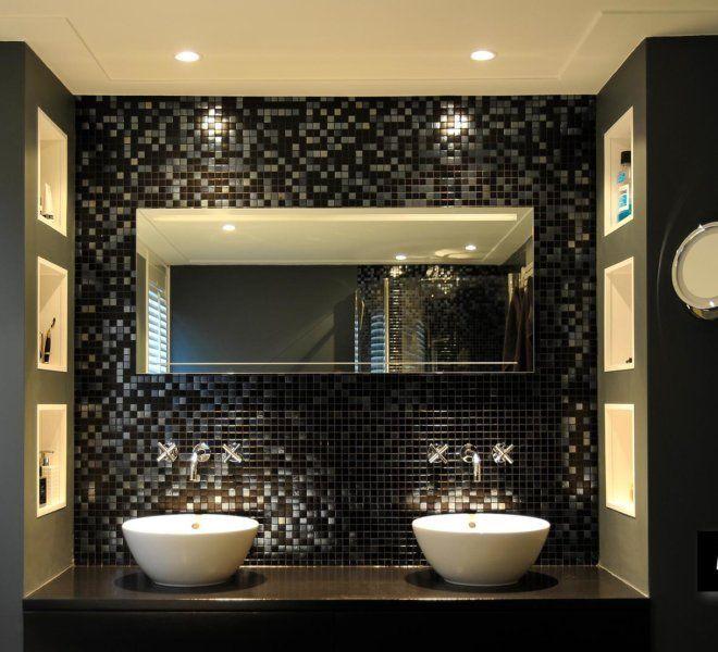 Badkamer met zwart en zwart parelmoer glasmozaïek van Milovito ...