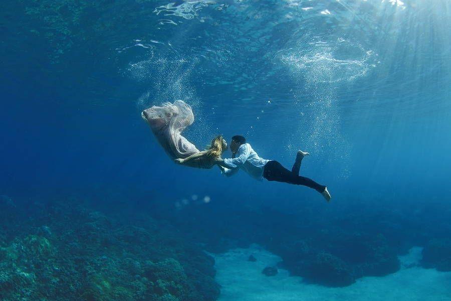 Zaľúbený pár vytvoril svadobné fotky pod morskou hladinou – Doba Mag.