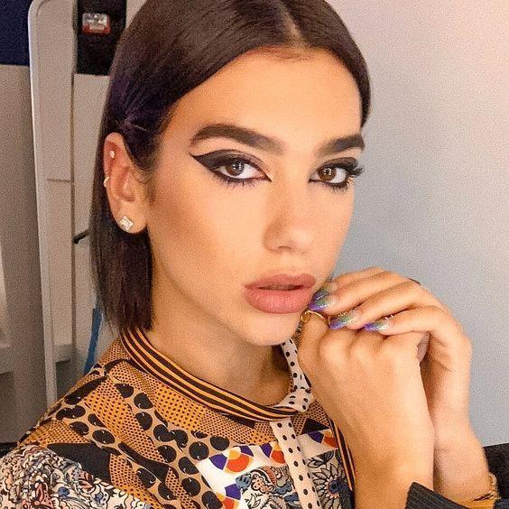 Looks de belleza de Dua Lipa para llevar un maquillaje diferente