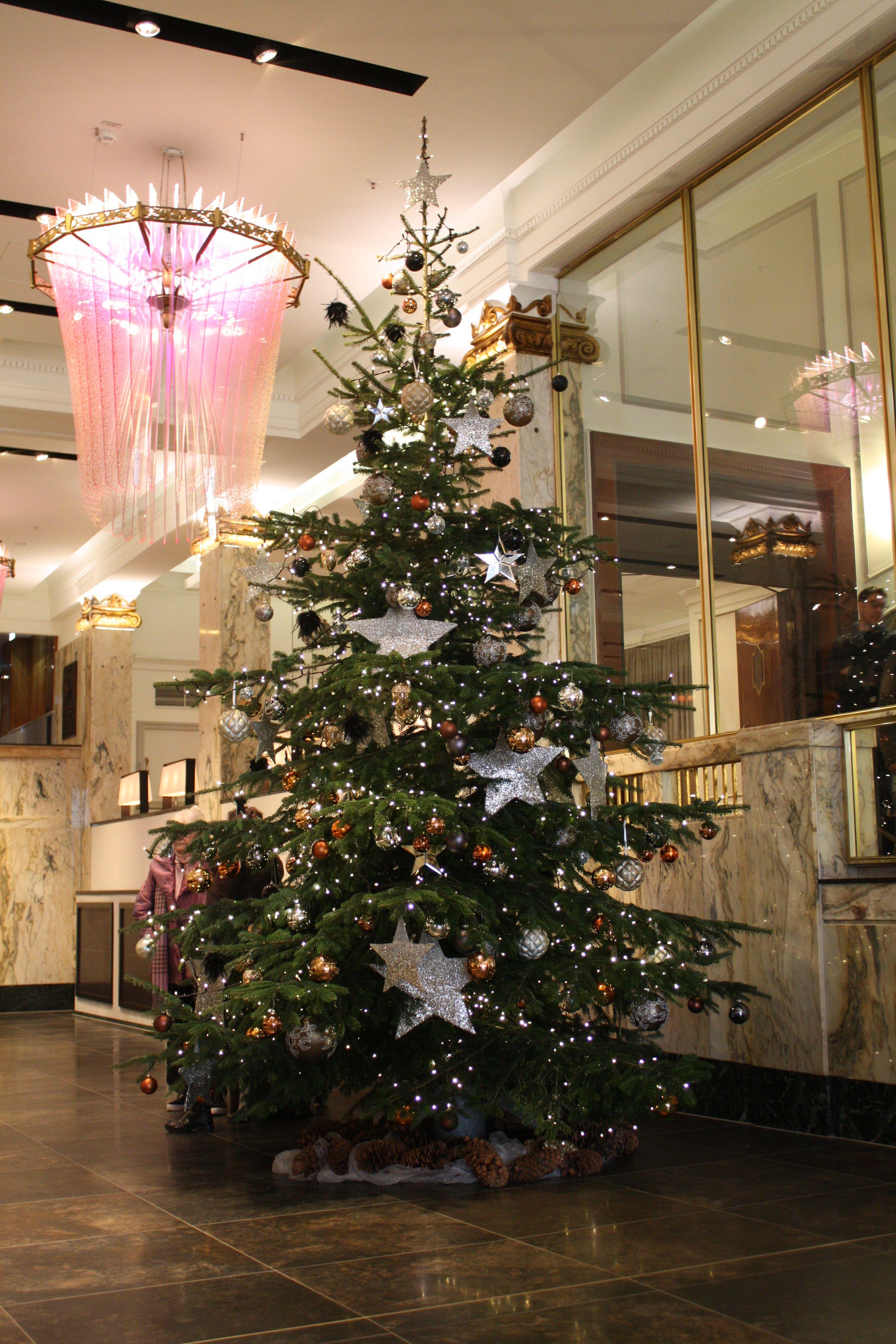 Wann Wurde Der Geschmückte Weihnachtsbaum Populär.Weihnachtsbaum Mit Großen Silbersternen Und Weihnachtskugeln