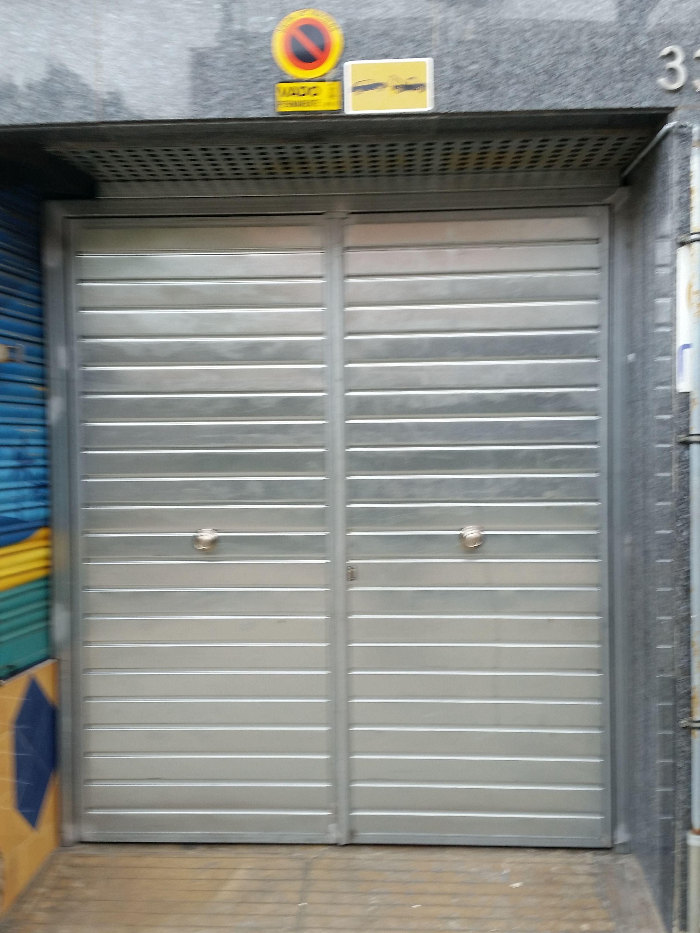 Puerta batiente manual de 2 hojas en acero galvanizado - Puerta de acero galvanizado ...
