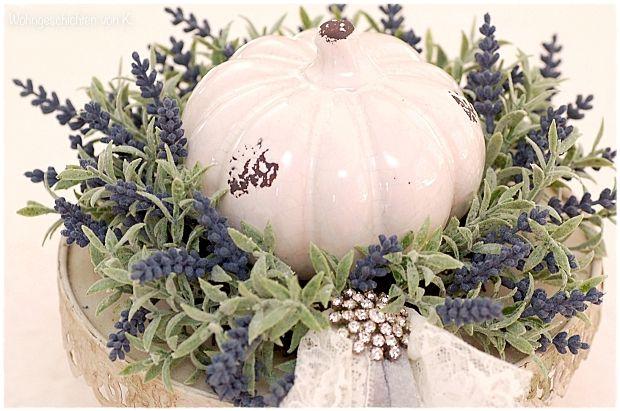 Weißer Kürbis Im Lavendelkranz Auf Etagere Herbstdeko Im Shabby