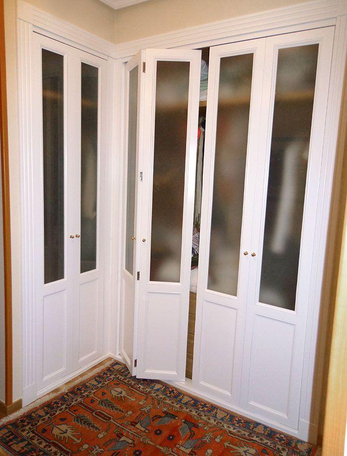 Armario con puertas abatibles y cristal semi translúcido realizado ...