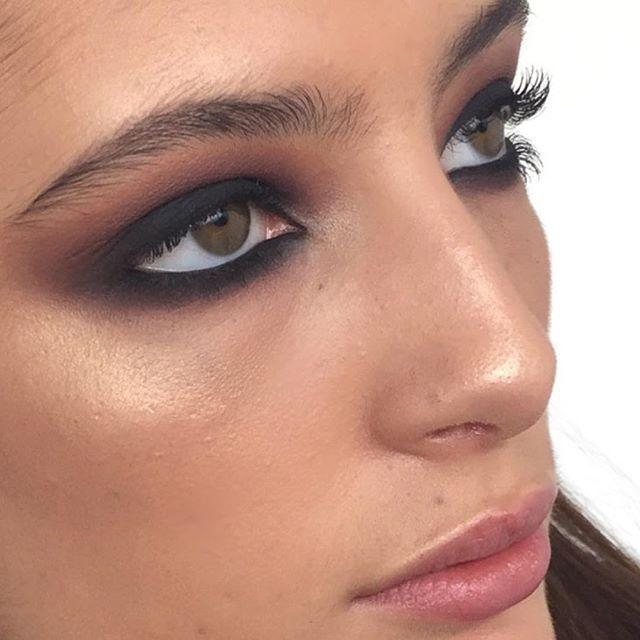 Rauchige Augen, natürliche Haut   – Eye-Catching Beauty Looks