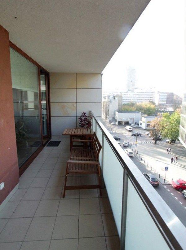 Căn hộ này còn có một logia nhìn xuống đường phố của thủ đô Warsaw tập nấp.