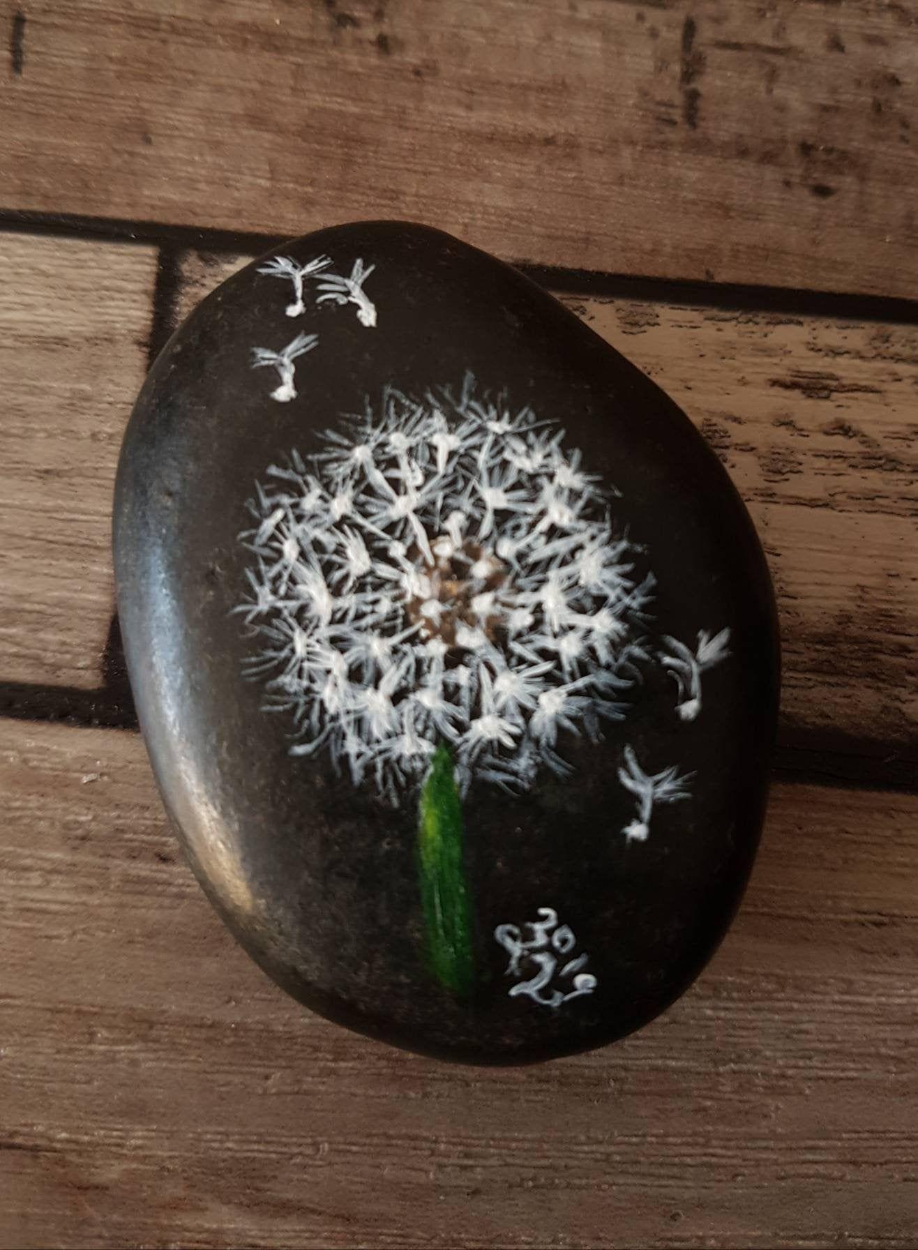 Bemalter Stein Pusteblume, painted rocks, Kieselsteinkunst, Rockart, handbemalte Kieselsteine, Pusteblumen, Herbst, Winter, bemalte Steine #bemaltekieselsteine