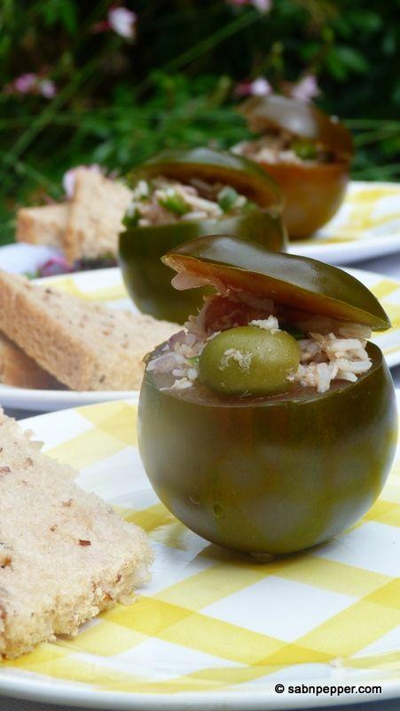 Et si on révisitait la tomate farcie version été ? Du riz, du thon, du poivron, quelques olives et voilà une recette estivale fraîche et rapide à réaliser.