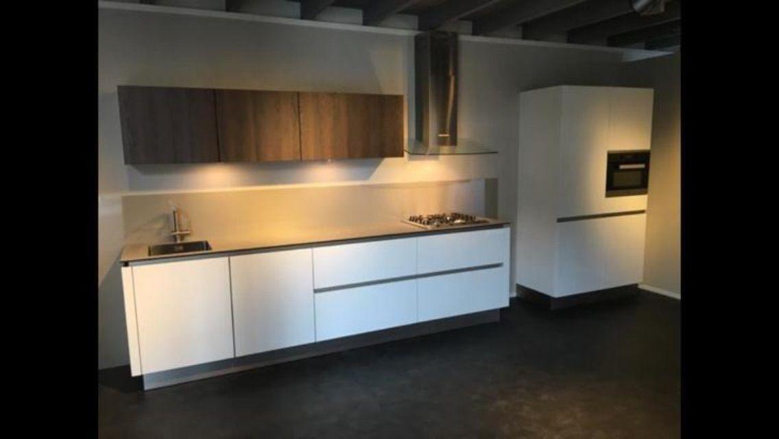 Eggersmann Keukens Prijzen : Te koop showroomkeuken greeploos hoogglans wit. rechte keuken met