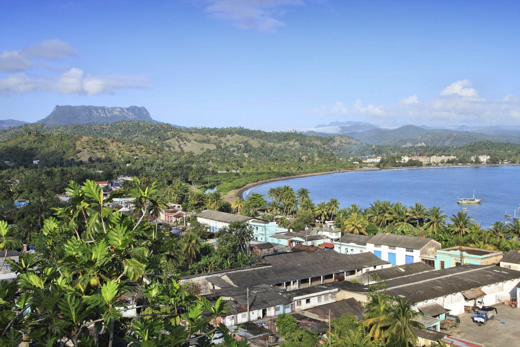 Baracoa, som blev grundlagt i 1512. Byen ligger smukt ved bugten omkranset af bjerge fyldt med kokospalmer. Klimaet her er perfekt til dyrkning af kakao og byen står for 80 % af Cubas samlede kakaoproduktion.