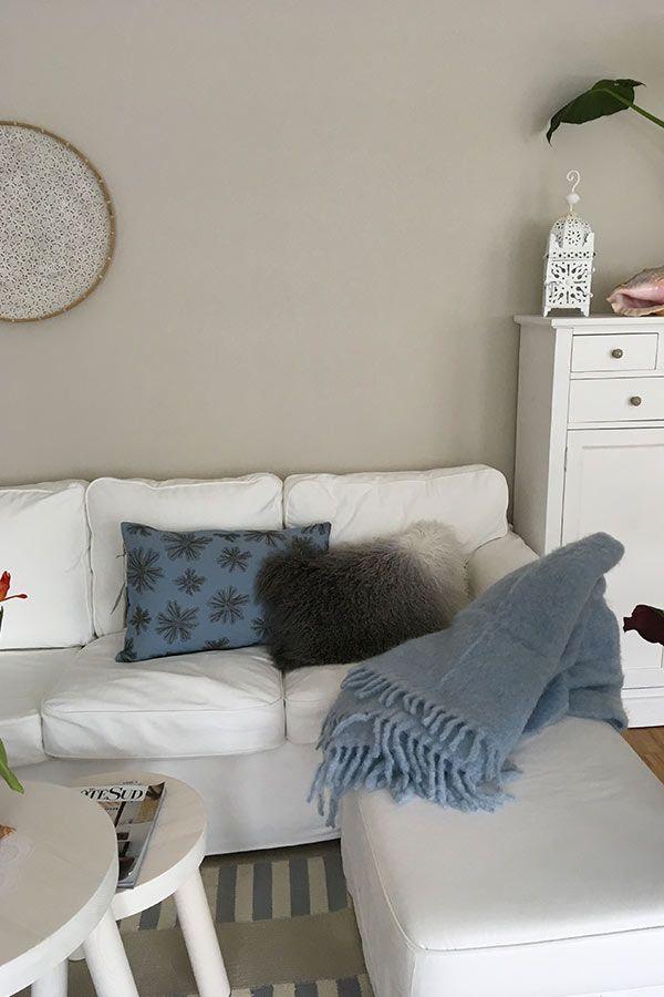 Look weisses Sofa mit blauer Mohairdecke und indigioblauem blau